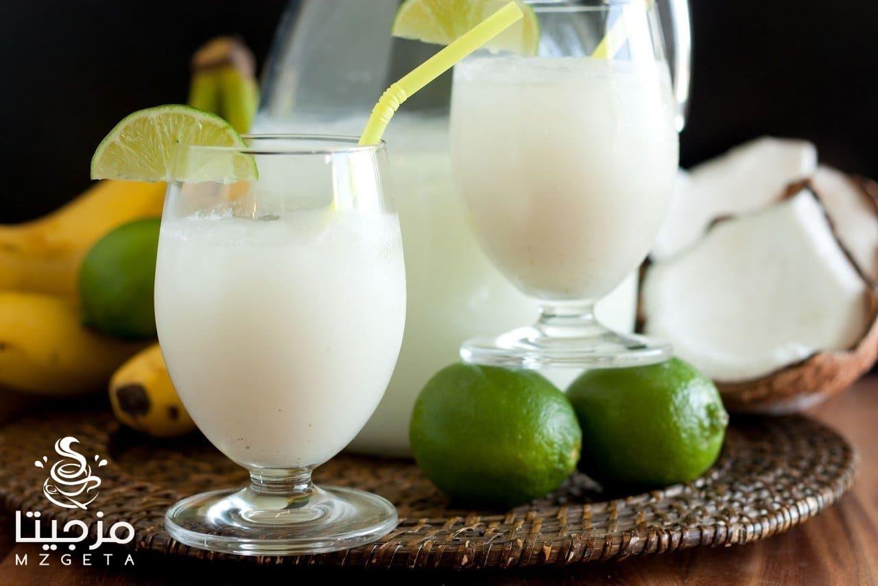 عصير الليمون باللبن في كوبيات وبعض من اوراق النعناع الأخضر الطازج