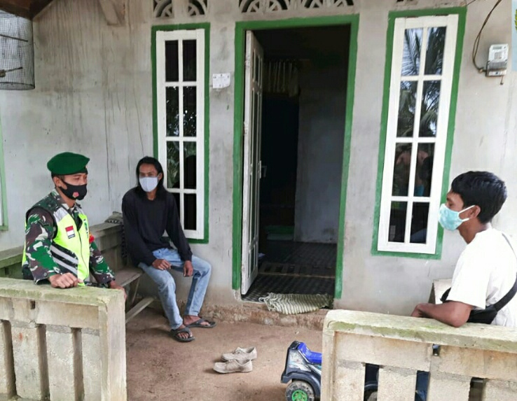 Babinsa Desa Selemam Lakukan Komsos Menghimbau Warga Untuk Selalu Hati-Hati Terhadap Cuaca Ekstrim