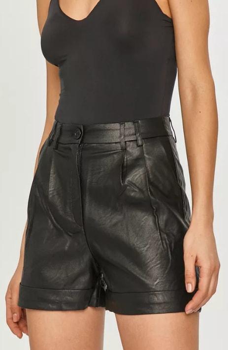 Pantaloni de dama scurti negri din piele eco cu talie inalta