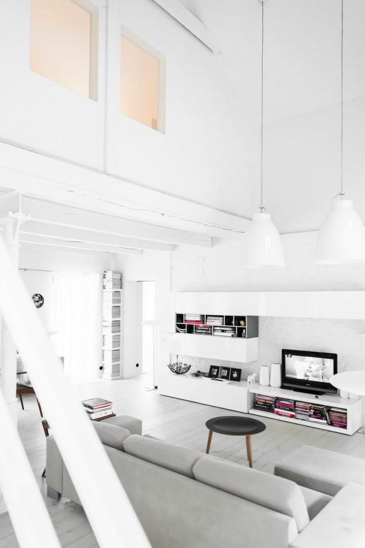Casa blanca con toques de gris y negro