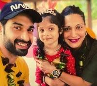 विजेंद्र कुमेरिया अपनी बेटी और पत्नी के साथ | Vijayendra Kumeria with her daughter and wife