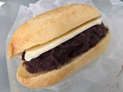ミカヅキ堂のカルピスバターとあんこのパン