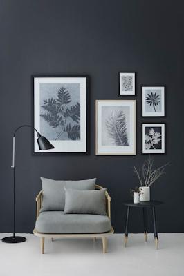parede preta com quadros