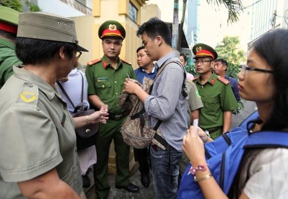 Tòa án xét xử Nguyễn Hữu Linh tội dâm ô 9