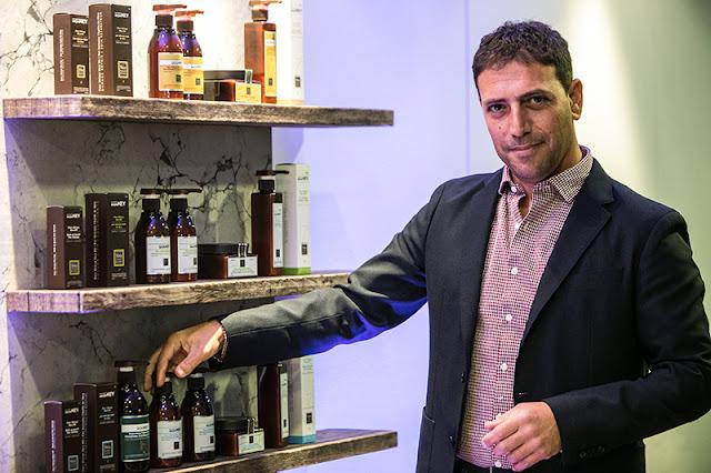 Mike Sabag, ιδρυτής της Saryna Key, του brand που φροντίζει με πολλαπλά οφέλη τα μαλλιά