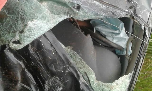 Acidente grave entre Carreta e Hilux na BR 364 deixa duas vítimas presas às ferragens