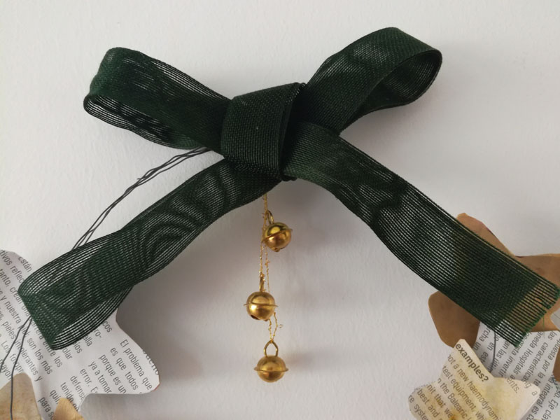 Foto: Ghirlanda di Natale con materiale di recupero