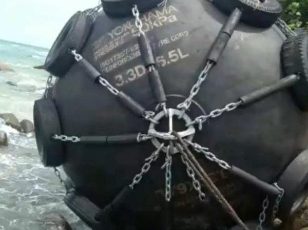 Bola Hitam Besar Bertulisan 'Yokohama 50KPa' Ditemukan di Pantai Bintan