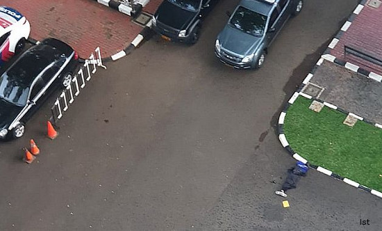 Breaking News: Dorrr...Terduga Teroris Tersungkur di Mabes Polri