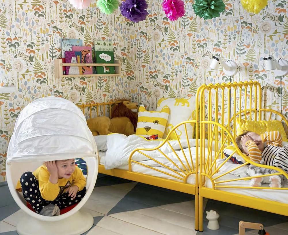 novedad catálogo ikea 2020 dormitorio infantil estructura de cama amarilla y sillón giratorio blanco