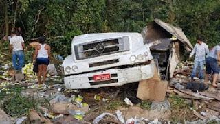 Criança morre após carreta cair em ribanceira na BR-101; pais sobreviveram