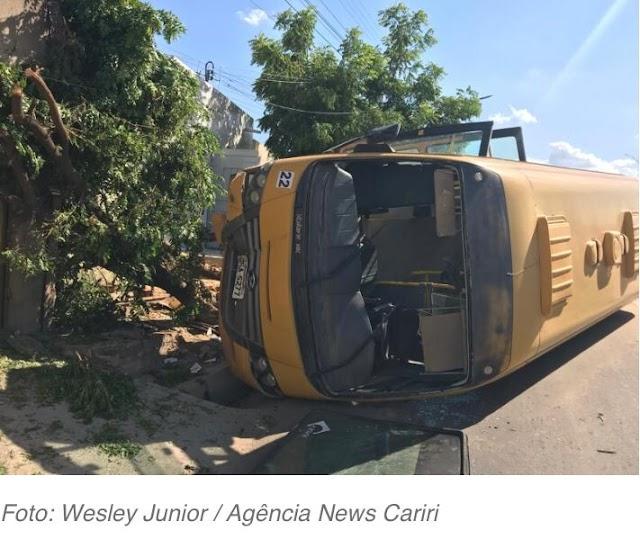 Ônibus Escolar capota em Juazeiro do Norte