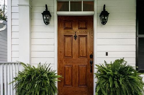 Pintu swing depan rumah