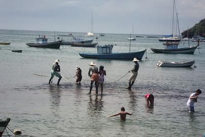 Escultura de pescadores no mar de Búzios - RJ