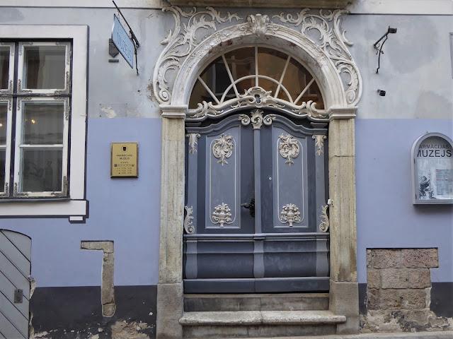 entrata del museo lettone della farmacia