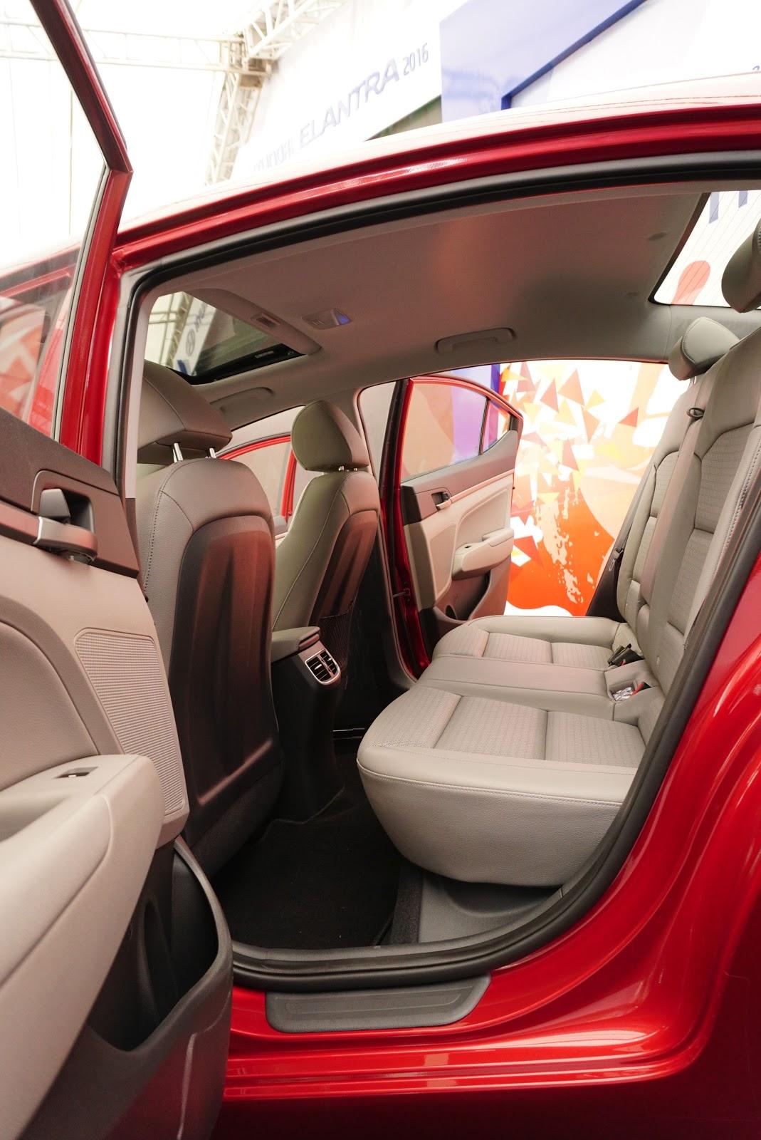 Hàng ghế sau của xe cũng rất rộng rãi, nhẹ nhàng,tinh tế