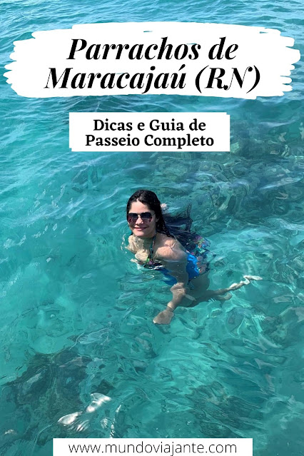 mulher jovem de oculos escuro e colete salva vidas azul mergulhando em mar aberto