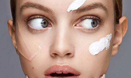 Chica con muchos productos en la cara