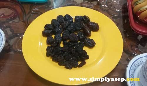 KURMA ARAB - KISMIS  Nah inil Kurmah dengan biji kecil di dalamnya. Selain itu juga semcam Kismis yang rasanya manis dan kering.  Foto Asep Haryono