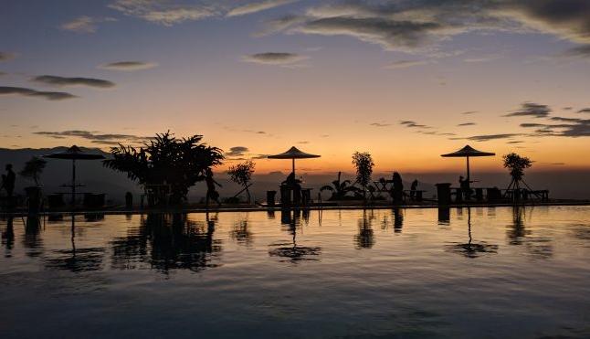 Pemandangan Sunset di Santorini Swimming Pool Majalaya