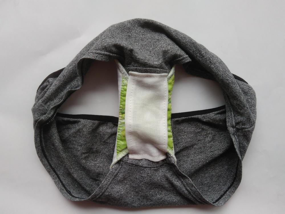 [Zdjęcie przedstawiające majtki z przyszytym paskiem w kroku z zapiętą podpaską]