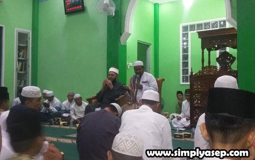 SEMARAK  :   Suasana saat perayaan Maulid di Masjid Babul Jannah (16/11) ruangan dalam Masjid Babul Jannah disesaki jamaah yang hadir untuk mendengrkan ceramah Syekh Assem Ahmed Ghazi Meshaal . Foto Asep Haryono