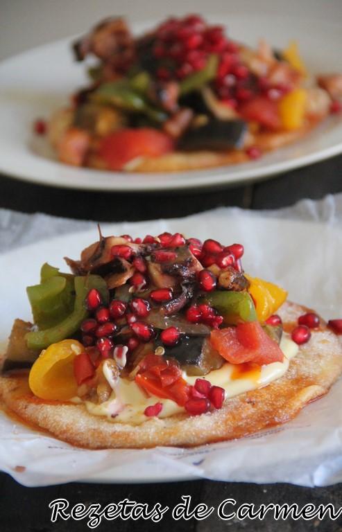 Tosta de verduras con granada y potas de pulpo con vinagre de mango
