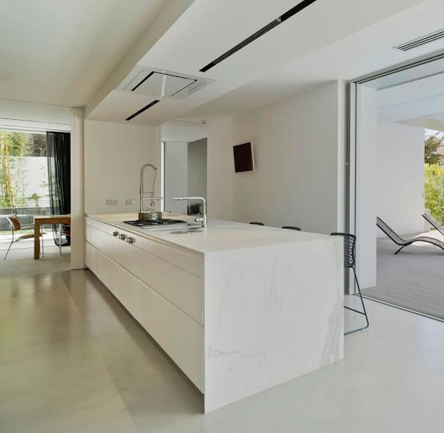 cocina blanca y madera de roble