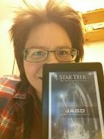 Buchbloggerin, halb verdeckt von der Kindle-Version des Romans