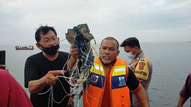Pesawat Komersial Sriwijaya Air Jatuh Di Perairan Pulau Seribu : Mengangkut 59 Penumpang dan Awak Pesawat