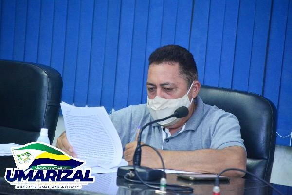 Vereador Ubiratan questiona município sobre paralisação das obras da praça e abastecimento d'água da zona rural