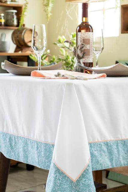 foto de toalha de mesa branca com borda celeste