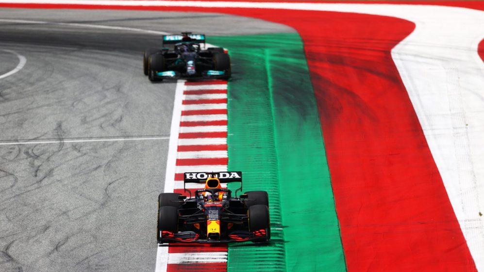 Hamilton disse que usou o sim para tentar ajudar a Mercedes a se preparar melhor