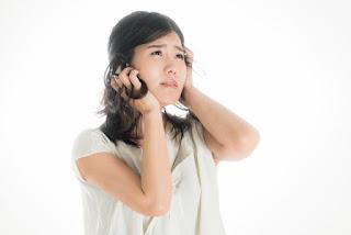 難聴が原因で認知機能が低下し、様々なことに悩んでいる女性のイメージ
