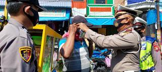 Polres Pelabuhan Makassar Rutin berikan Imbauan dan Bagikan Masker kepada Masyarakat