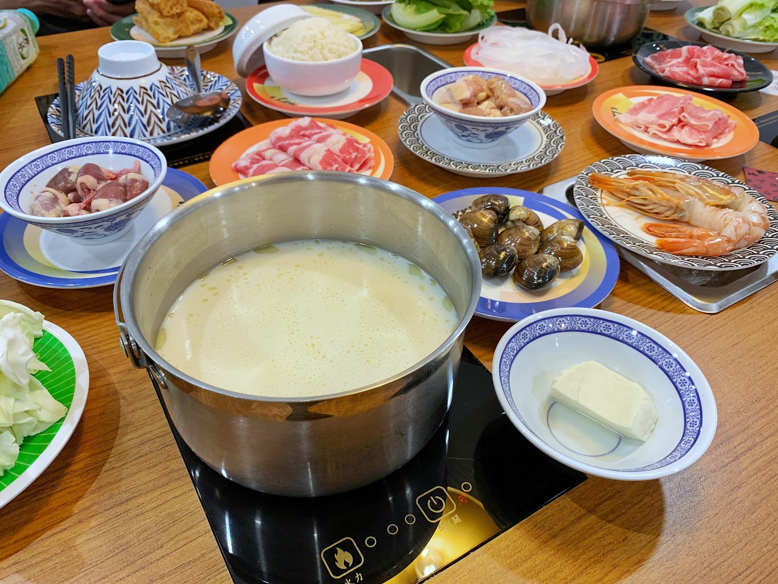小XM迴轉麻辣鍋的香醇雪白牛奶鍋