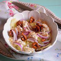 Salada de couscous, queijo cabra, pepino e noz caramelizada