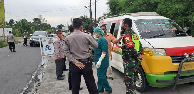Tepatnya Disimpang Panei, Personel Jajaran Kodim 0207/Simalungun Laksanakan Penyekatan PPKM Level lV Bersama Dinas Terkait