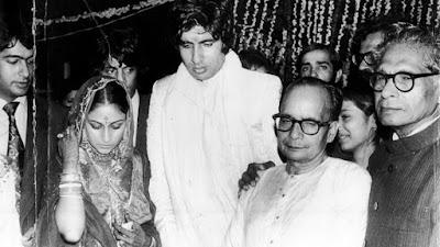 जया बच्चन और अमिताभ बच्चन शादी के बाद साथ में अजिताभ और हरिवंश राय बच्चन भी हैं