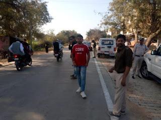 शहर के मुख्य चौराहों पर आरटीओ विभाग यातायात पुलिस के द्वारा लगाया गया वाहनों की चेकिंग पॉइंट