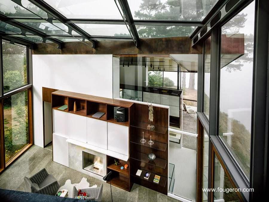 Vista de la sala de estar con vidrios transparentes en la Fall House