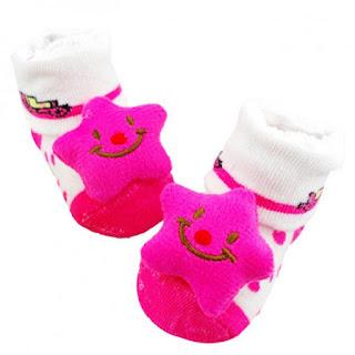 كيف تحافظين على نظافة وتجدد جوارب طفلك؟