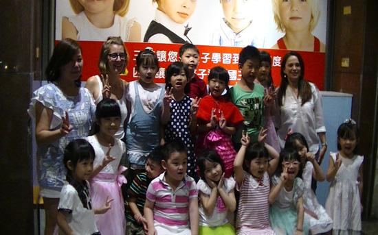 幼兒園與小學孩子與老師開心合照,學習英文使他們超有自信。