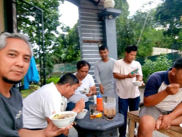 Makan Bakso Bareng di Pos Satpam