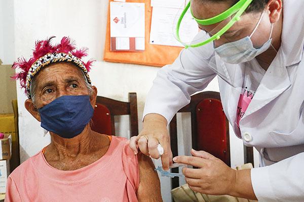 Vacinação em aldeia indígena no Paraná – Foto: Jonathan Campos/AEN