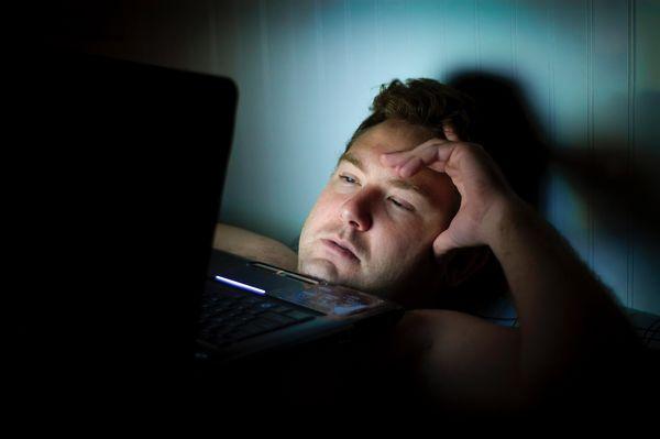 Menghindari dampak buruk cahaya biru dari laptop dengan mengaktifkan Night Light di Windows 10