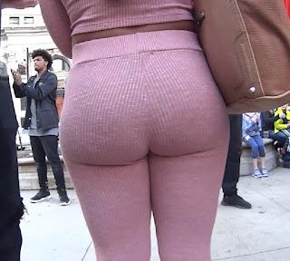 Guapa mujer cola grande leggins
