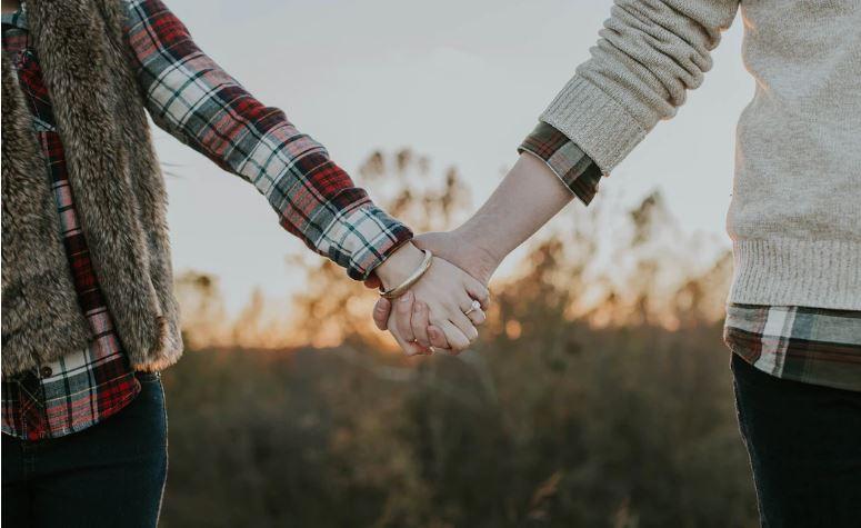 ما هي علامات الحب عند الرجال و النساء