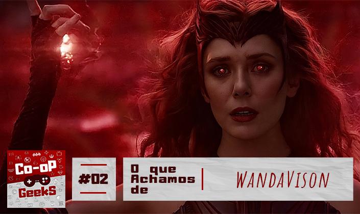 """A imagem é de Wanda como Feiticeira Escarlate. Ela usa uma roupa estilo regata, feita de couro vermelho escuro. Usa luvas vermelhas que cobrem todos os seus braços, um deles está levantado e uma energia vermelha sai dos dedos. Wanda é branca e tem cabelo ruivo que estão soltos e esvoaçantes, ela usa uma tiara na testa em forma de hexágono vermelho escura. A expressão de Wanda é séria e seus olhos estão irradiando luz vermelha. No fundo é um céu vermelho e na base da imagem, tem a logo do Co-op Geeks em vermelho, ao lado um quadrado com textura de papel escrito """"#02"""" em vermelho, e ao lado um retângulo em textura de papel que diz em vermelho """"O que achamos de WandaVison""""."""