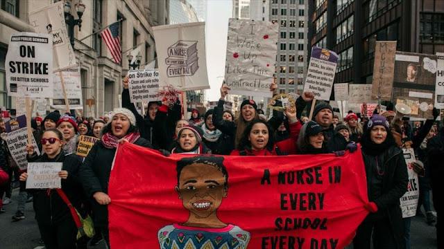 Maestros de Chicago marchan en apoyo a demanda magisterial